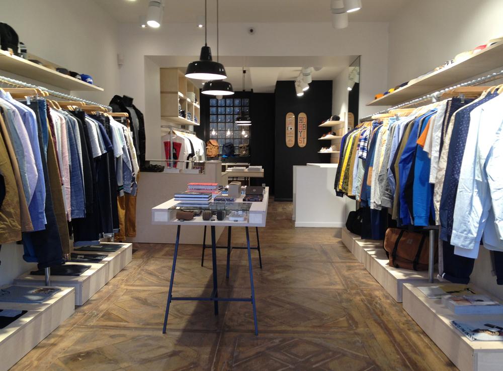 Après la sélection des meilleurs eshops mode homme (que vous avez apparemment bien apprécié), voici notre guide des boutiques mode homme Paris: j'y référence à la fois les multimarques et les boutiques de marques de mode masculine.J'essaie aussi si possible de prendre le plus de boutiques avec un eshop en ligne si vous n'avez pas la chance de pouvoir vous y rendre.